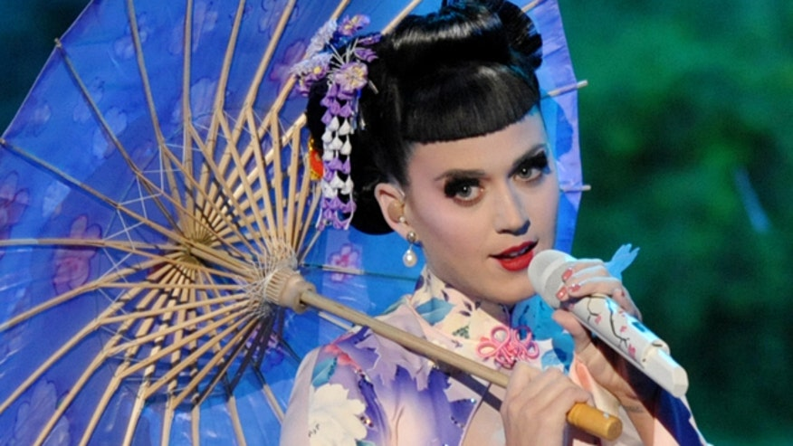 Twitterverse sounds off on artist's Geisha-inspired getup