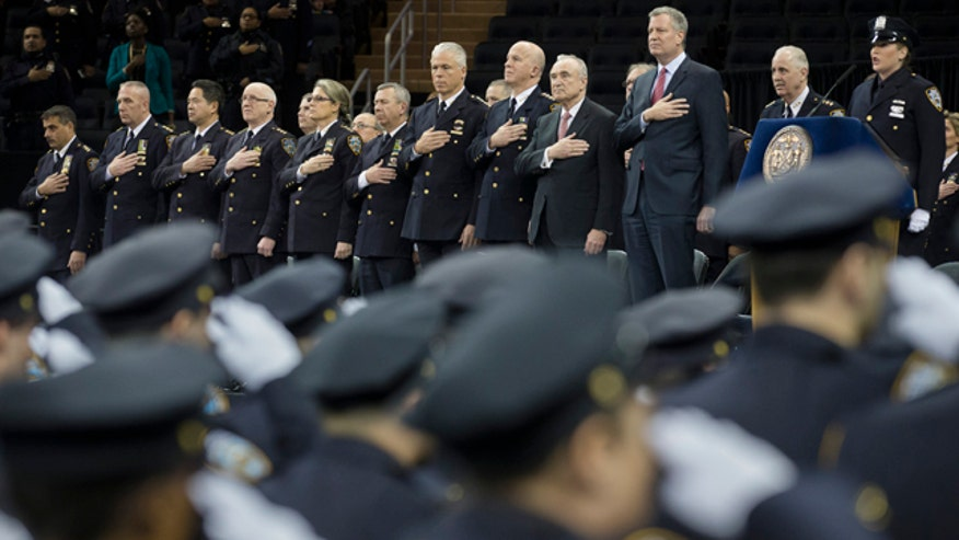 Police officers turn back on de Blasio again