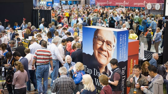 Thousands of People Fill Arena to Hear from Warren Buffett