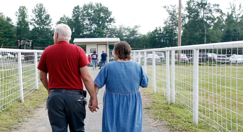 Elderly_Couple_Walks_Retirement