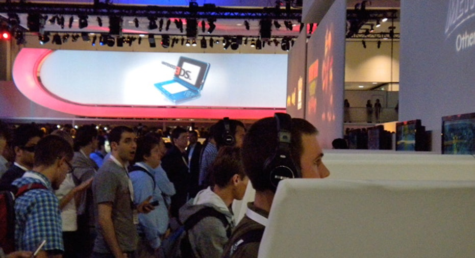 Gamers Wait to Try Nintendo 3DS
