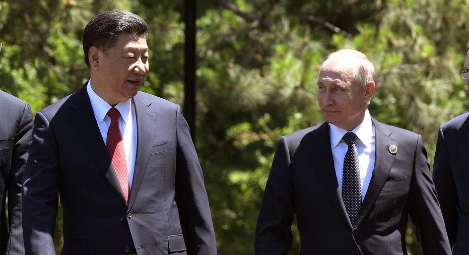 Xi Jin Ping and Putin Walking AP FBN