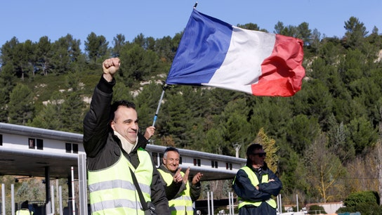 Yellow vest protesters call for huge run on French banks