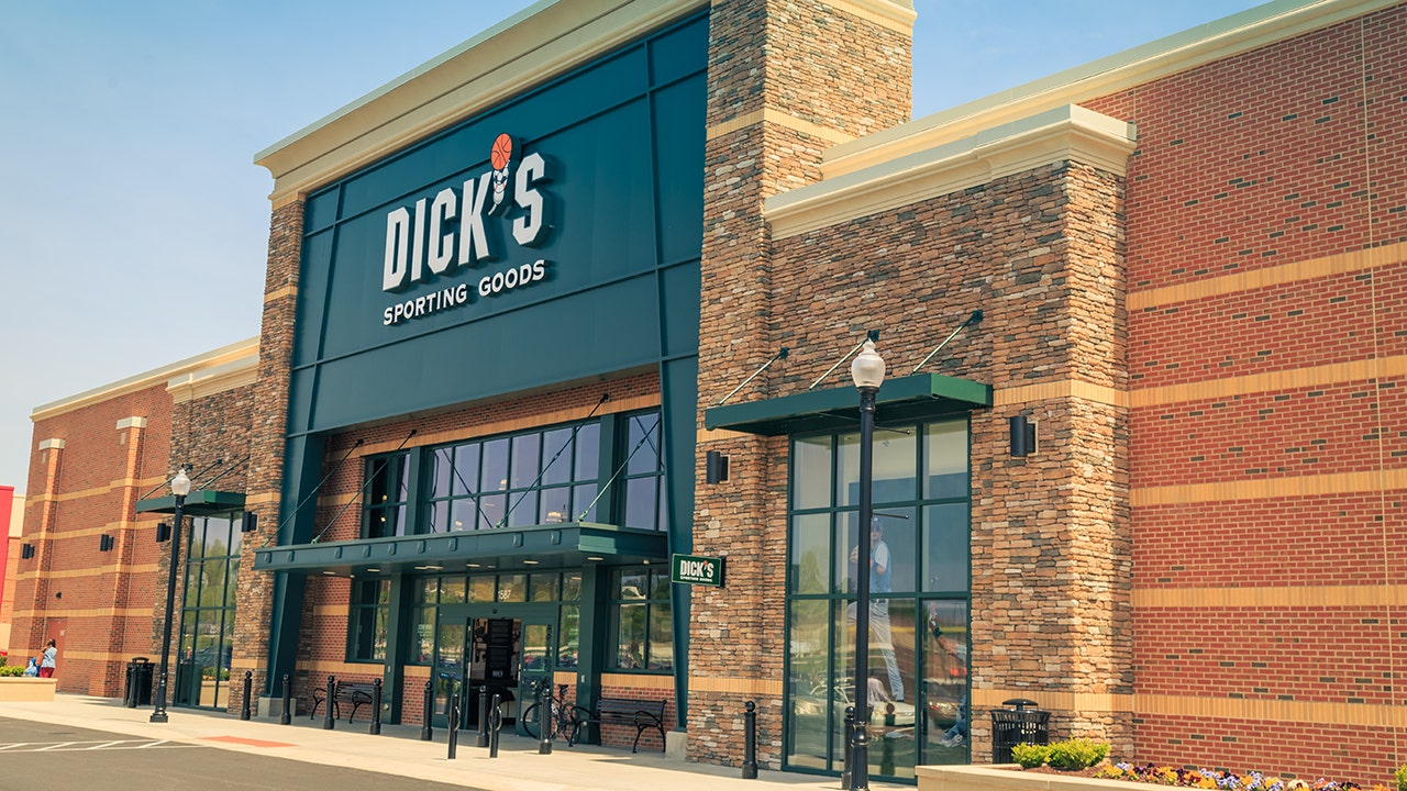 Dicks Sporting Goods Tops Profit Targets, Removes Hunting -5716