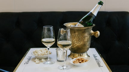 Champagne with that cheeseburger? Sparkling wine bars mix the exotic with the everyday
