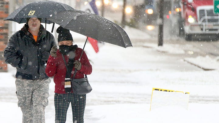 Snow forces hundreds of flight cancellations at Chicago airports