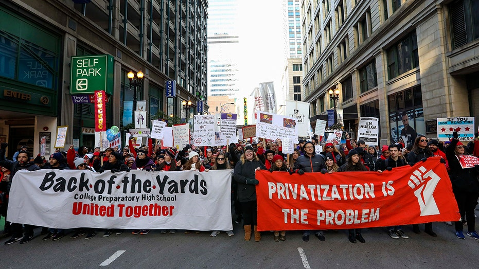 Chicago gets tentative staff deal as teachers stay on strike