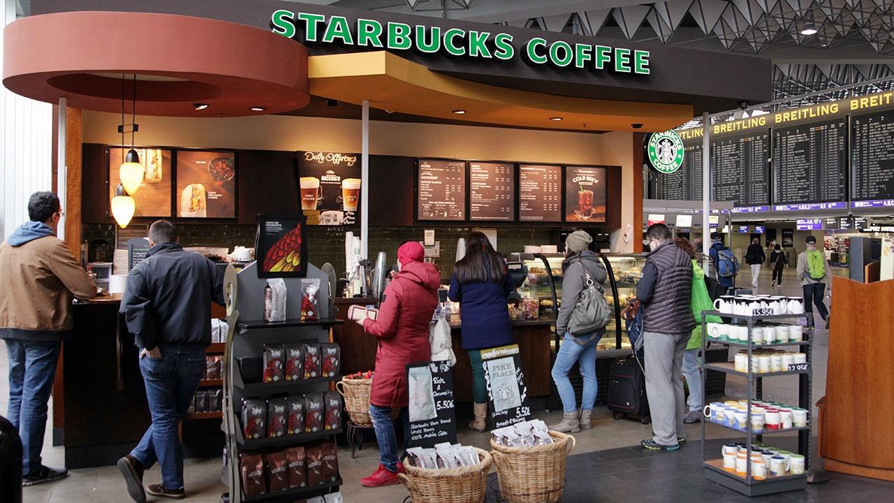 Walgreen's, CVS, Starbucks: estas marcas permanecen abiertas el día de Navidad thumbnail