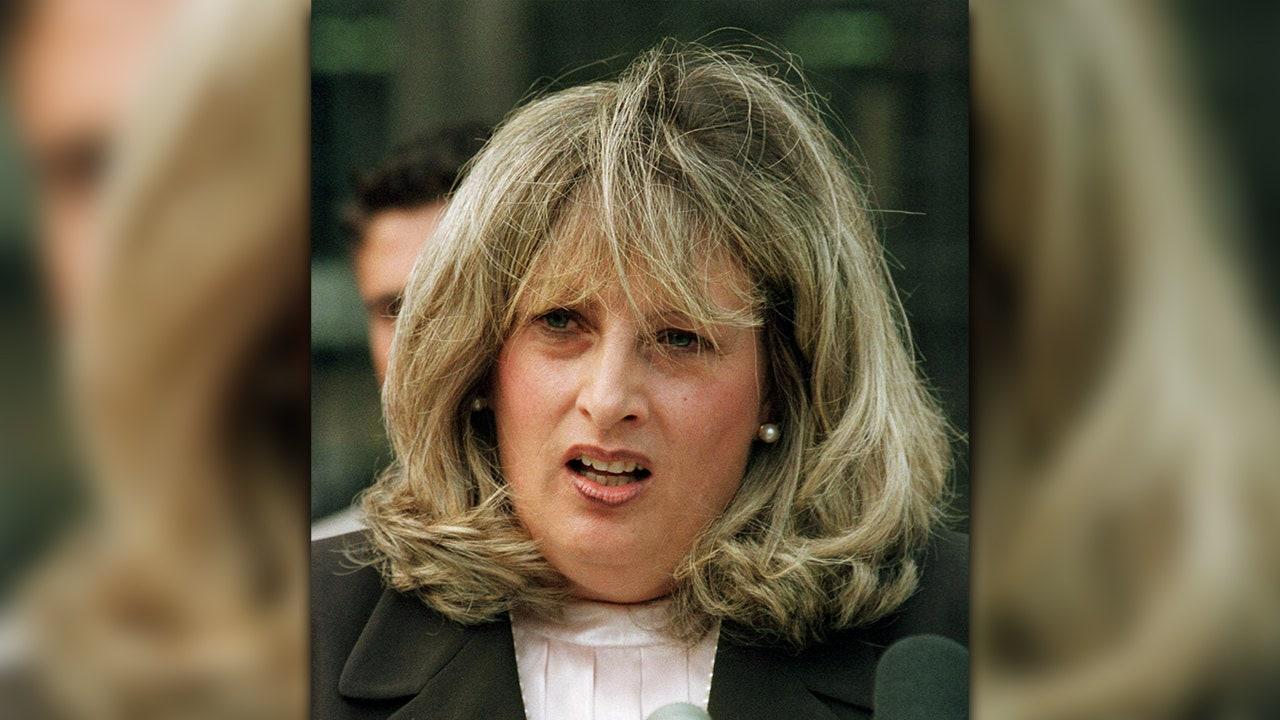 Linda Fox rubbelt die Haarfotze