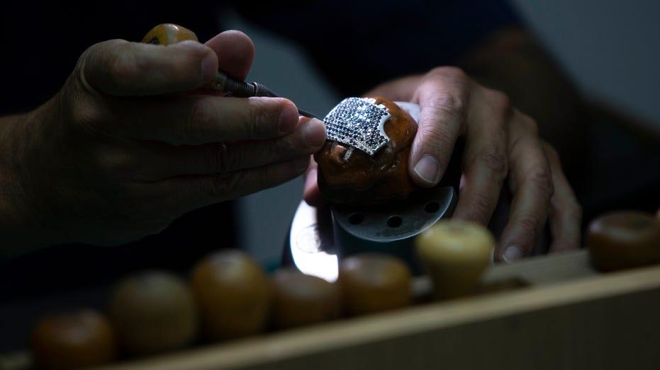 masques chirurgicaux Le masque de coronavirus le plus cher de l'histoire? Une société israélienne de bijoux fabrique 1,5 million de dollars de protection incrustée d'or et de diamants