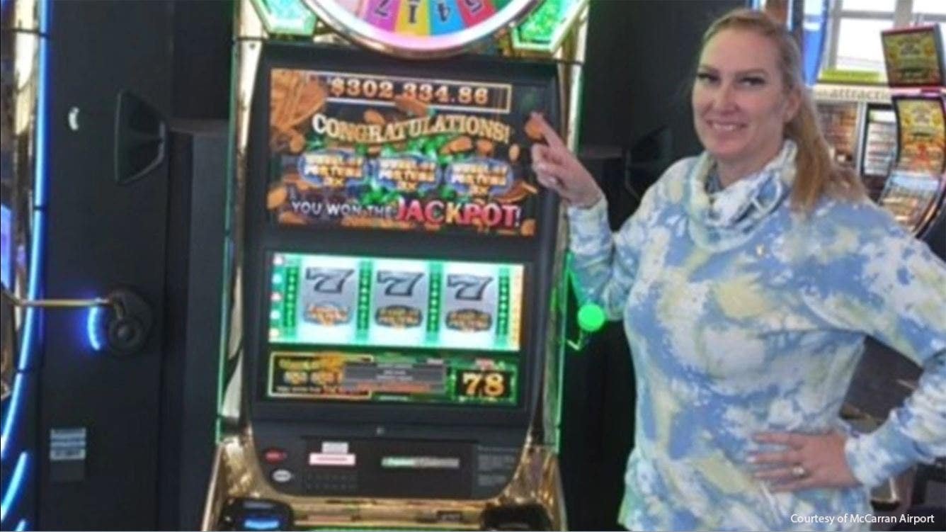 Texas woman hits over $300G jackpot while waiting at Las Vegas airport for flight home - Fox Business