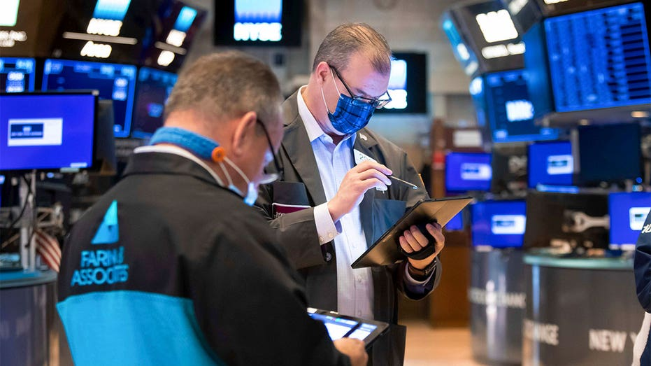 TRADERS-ON-NYSE-STOCK-FLOOR
