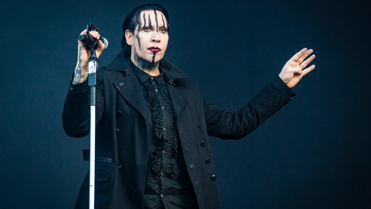 Marilyn Manson froze on stage at a concert in Yekaterinburg and canceled his tour in Russia 01/10/2013 34