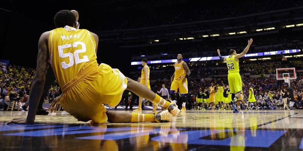 Michigan Avoids Complete Collapse By Holding On Late For 73 71 Win Over Tennessee In Midwest Fox News