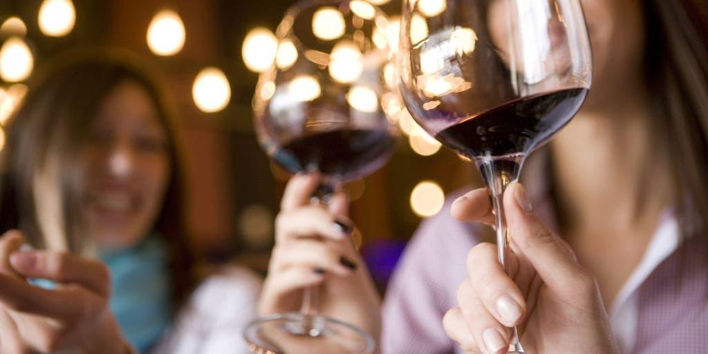 Картинка с вином и бокалами за столом, новогодние девушки