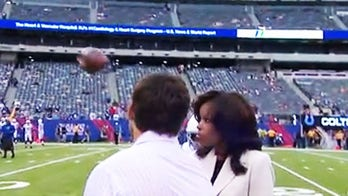Sideline reporter Pam Oliver hit in face with pass before Giants-Colts game