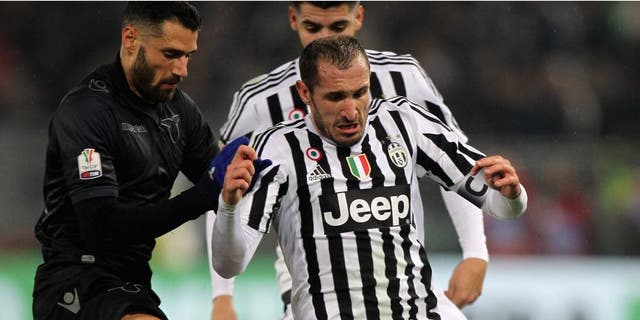 ROME, ITALY - JANUARY 20: Antonio Candreva (L) of SS Lazio competes for the ball with Giorgio Chiellini of Juventus FC during the TIM Cup match between SS Lazio and Juventus FC at Stadio Olimpico on January 20, 2015 in Rome, Italy. (Photo by Paolo Bruno/Getty Images)