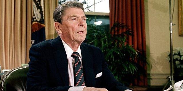 رئیس جمهور رونالد ریگان پس از سخنرانی به ملت در ارتباط با انفجار شاتل فضایی چلنجر در 28 ژانویه 1986 در دفتر بیضی دیده شد. (آسوشیتدپرس)