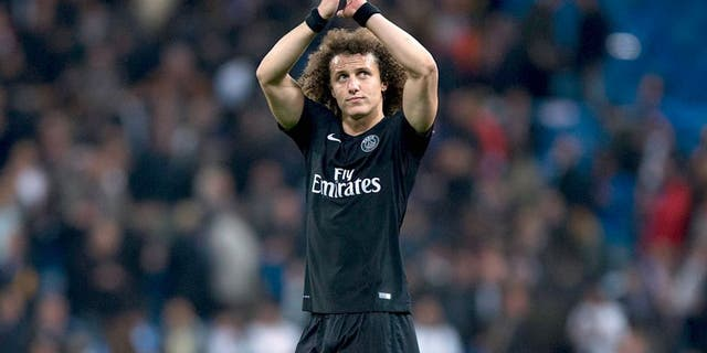 MADRID, SPAIN - NOVEMBER 03: David Luiz of Paris Saint-Germain acknowledges the audience after the UEFA Champions League Group A match between Real Madrid CF and Paris Saint-Germain at Estadio Santiago Bernabeu on November 3, 2015 in Madrid, Spain. (Photo by Gonzalo Arroyo Moreno/Getty Images)
