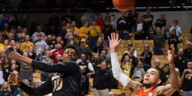 Missouri's K.J. Walton, left, and Florida's Chris Chiozza, right, look for a rebound during the first half of an NCAA college basketball game Saturday, March 5, 2016, in Columbia, Mo. (AP Photo/L.G. Patterson)