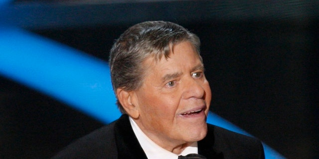 Jerry Lewis holds the Jean Hersholt Humanitarian Award during the 81st Academy Awards in Hollywood, California February 22, 2009.  REUTERS/Gary Hershorn  (UNITED STATES) (OSCARS-SHOW) - RTXBYQQ