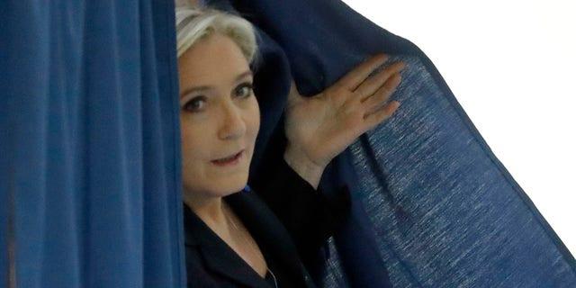 La candidata de extrema derecha Marine Le Pen sale del lugar donde depositó su voto en la primera ronda de los comicios presidenciales en Henin-Beaumont, norte de Francia, el domingo 23 de abril de 2017. (AP Foto/Frank Augstein)