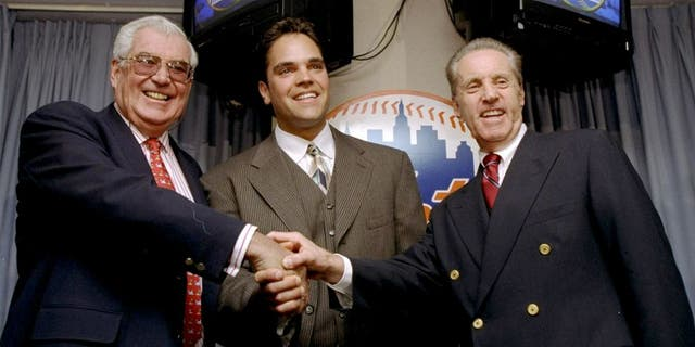 26 Oct 1998: Mike Piazza of the New York Mets shakes hands with Mets Owners Fred Wilpon (R) and Nelson Doubleday (L) during a Press Conference in New York City, New York. Mandatory Credit: Jamie Squire /Allsport