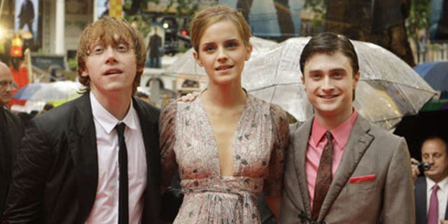 """Emma Watson with Rupert Grint (l) and Daniel Radcliffe at the London premiere of """"Harry Potter and the Half-Blood Prince"""" in 2009."""