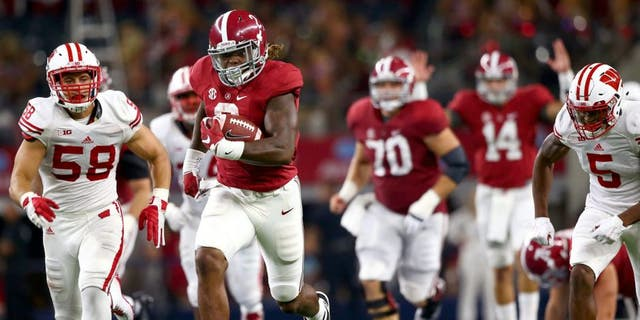 ARLINGTON, TX - SEPTEMBER 05: Derrick Henry #2 of the Alabama Crimson Tide runs for a touchdown against the Wisconsin Badgers in the third quarter during the Advocare Classic at AT&T Stadium on September 5, 2015 in Arlington, Texas. (Photo by Ronald Martinez/Getty Images)