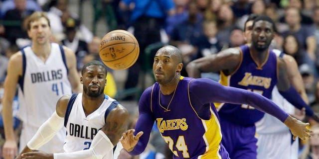 Los Angeles Lakers forward Kobe Bryant (24) chases the ball in front of Dallas Mavericks guard Raymond Felton (2) during the second half of an NBA basketball game Friday, Nov. 13, 2015, in Dallas. The Mavericks won 90-82. (AP Photo/LM Otero)