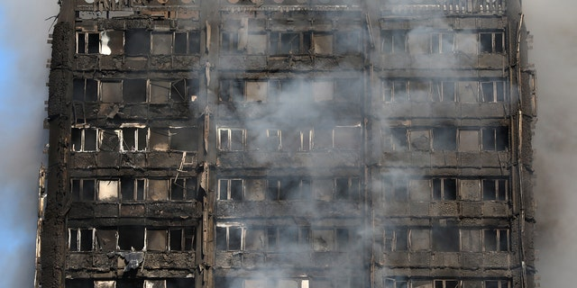 Smoke billows from a tower block severly damaged by a serious fire, in north Kensington, West London, Britain June 14, 2017. REUTERS/Neil Hall - RTS16ZRN