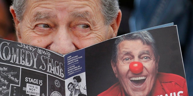 "Cast member Jerry Lewis poses during a photocall for the film ""Max Rose"" at the 66th Cannes Film Festival in Cannes May 23, 2013.                   REUTERS/Regis Duvignau (FRANCE  - Tags: ENTERTAINMENT TPX IMAGES OF THE DAY)   - RTXZXTN"