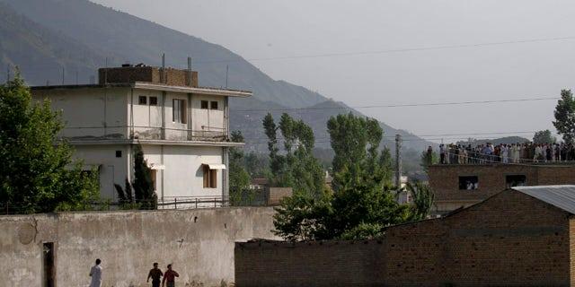 یک هلیکوپتر ارتش پاکستان پس از پرواز بر روی جاده ای که در سال 2011 به اوزامی بن لادن رهبر القاعده کشته شد، باز می گردد. (AP Photo / Anjum Naveed)