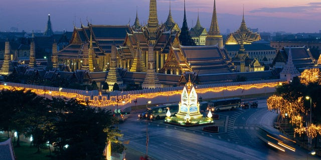 ARC28M Wat Phra Kaew, the temple of the Emerald Buddha, and the Grand Palace at dusk in Bangkok, Thailand, Asia