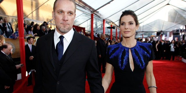 Jesse James and wife, actress Sandra Bullock, arrive at the 16th annual Screen Actors Guild Awards in Los Angeles January 23, 2010.    REUTERS/Danny Moloshok     (FILM-SAGAWARDS/ARRIVALS) (UNITED STATES - Tags: ENTERTAINMENT) - RTR29DGV