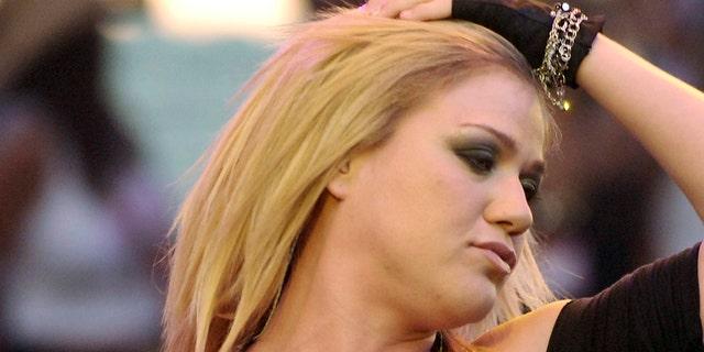American Idol winner Kelly Clarkson performs at KIIS-FM's Wango Tango 2005 concert at the Angel Stadium in Anaheim, California.  American Idol Kelly Clarkson performs at KIIS-FM's Wango Tango 2005 concert at the Angel Stadium in Anaheim, California May 14, 2005. REUTERS/Chris Pizzello - RP6DRMVMWEAA