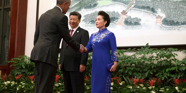 China's President Xi Jinping and his wife, Peng Liyuan greet U.S. President Barack Obama before the start of welcoming dinner of G20 Summit in Hangzhou, Zhejiang Province, China, September 4, 2016.