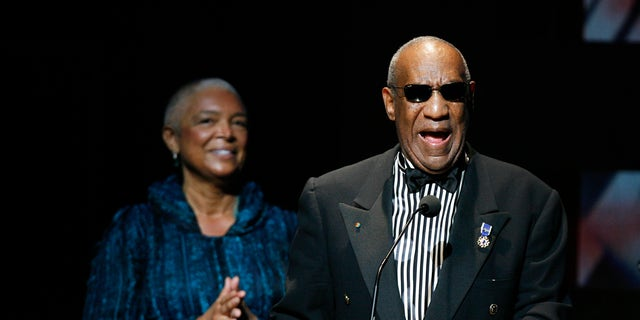 Comedian Bill Cosby addresses the crowd in front of his wife, Camille Cosby, after being honored during the Apollo Theatre's 75th anniversary gala in New York, June 8, 2009.     REUTERS