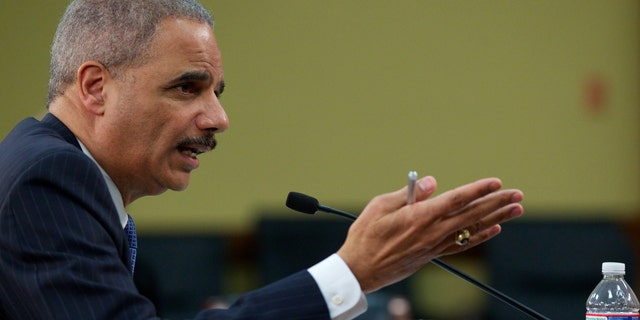 在这个四月 18, 2013 档案照片, Attorney General Eric Holder testifies on Capitol Hill in Washington.  (AP Photo/Molly Riley, 文件)