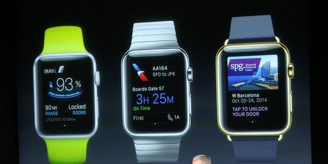 مدیرعامل اپل ، تیم کوک ، جلوی صفحه ای ایستاده که برنامه های موجود برای Apple Watch را در یک سخنرانی در مقر اصلی اپل در کوپرتینو ، کالیفرنیا ، 16 اکتبر 2014 نشان می دهد.