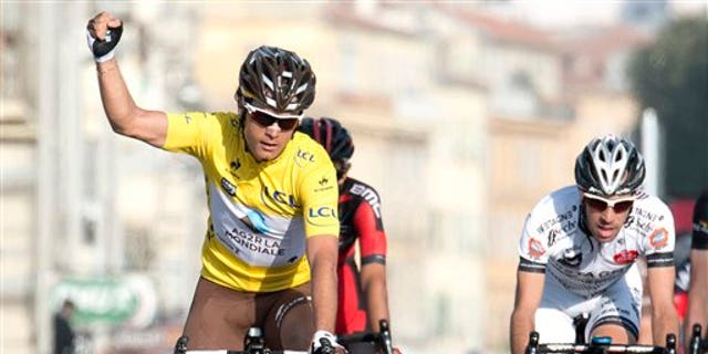 El ganador de la carrera París-Niza, el colombiano Carlos Alberto Betancur, celebra en la meta tras la última etapa, en Niza, en el sur de Francia, el domingo 16 de marzo de 2014. (AP Foto/Lionel Cironneau)