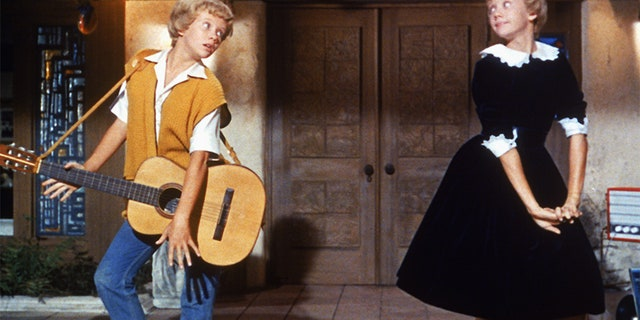"""English actress Hayley Mills as identical twins Sharon McKendrick and Susan Evers in the Walt Disney comedy """"The Parent Trap"""" in 1961."""