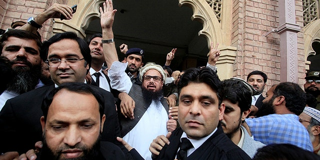 Hafiz Saeed (C) reacts to supporters as he walks out of court after a Pakistani court ordered his release from house arrest in Lahore, Pakistan November 22, 2017. REUTERS/Mohsin Raza - RC150D8E1EA0