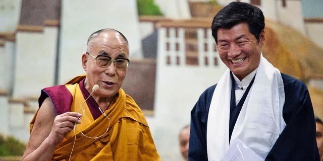 Lobsang Sangay, prime minister of the Tibetan government-in-exile, 권리, smiles as he listens to spiritual leader the Dalai Lama at the Tibetan Children's Village School in Dharmsala, 인도, 목요일, 유월 5, 2014. (AP Photo/Ashwini Bhatia)