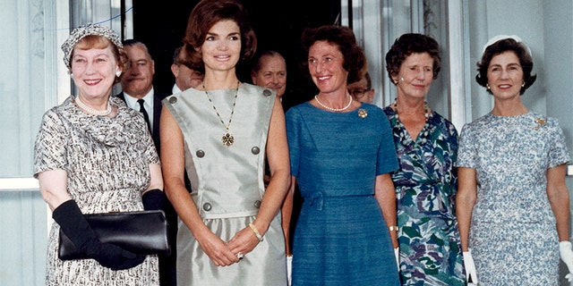 Janet Auchincloss (in blue) , Jackie Kennedy (left) and guests at White House.
