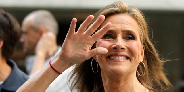 'Today' show host Meredith Vieira waves to fans during her final show in New York, June 8, 2011. Vieira is leaving NBC's 'Today' show and will be replaced by the show's news anchor Ann Curry starting June 9. REUTERS/Brendan McDermid (UNITED STATES - Tags: ENTERTAINMENT)