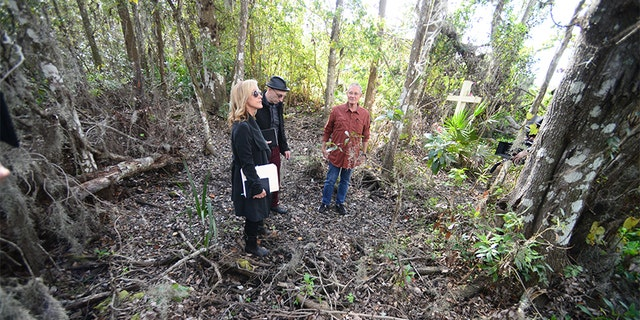 Jim Clemente and Laura Richards investigate where Caylee Anthony's body was found.