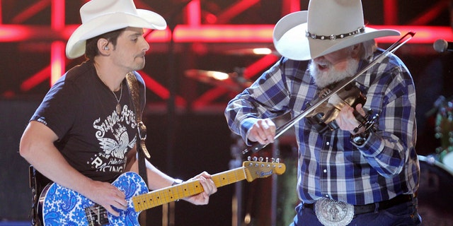 """Brad Paisley (L) and Charlie Daniels perform """"Travelin' Band"""" at the 45th annual Academy of Country Music Awards in Las Vegas, Nevada,  April 18, 2010.  REUTERS/Robert Galbraith (UNITED STATES - Tags: ENTERTAINMENT) - RTR2CZRD"""
