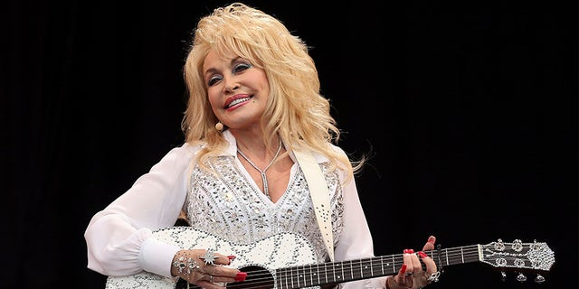 Dolly Parton receives coronavirus vaccine she helped fund.jpg