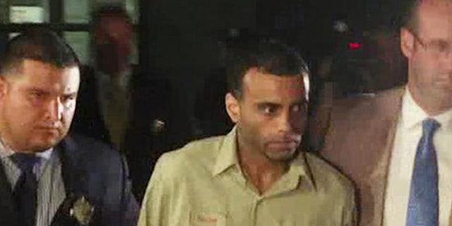 En esta imagen de un video proporcionada por la televisora WABC-TV, agentes de la policía de Nueva York caminan junto a Oscar Morel (centro), el 16 de agosto de 2016. La policía detuvo y acusó a Morel de un doble cargo de homicio por el asesinato a balazos de un imán y un amigo de este a plena luz del día a la salida de una mezquita en Queens. (WABC-TV via AP)
